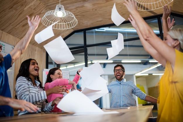 Случайные коллеги бросают бумагу