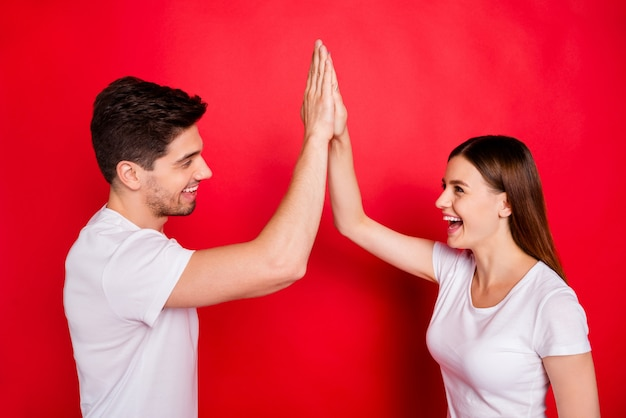 Случайная пара позирует у красной стены