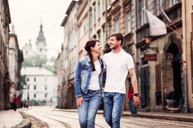 街を歩くカジュアルなかわいいカップル