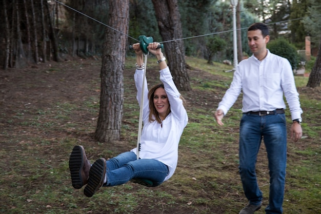 休闲装饰夫妇在他们家的庭院里扮演一个拉链
