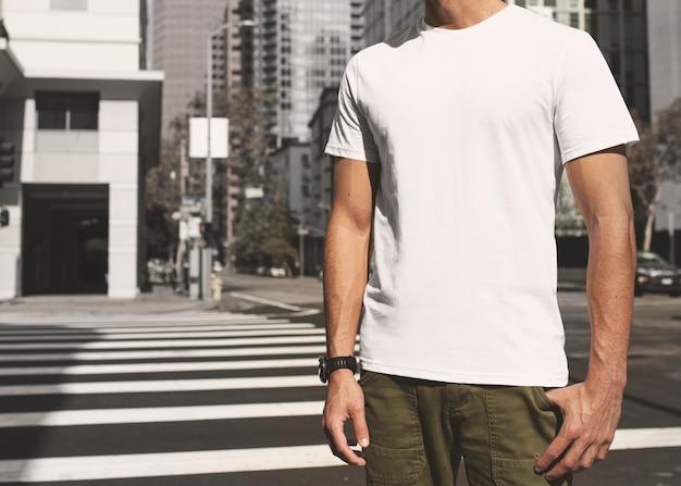 屋外の道路を横断するカジュアルな服を着た男