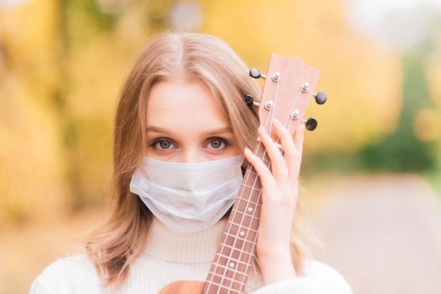 保護フェイスマスクを身に着けているカジュアルな女性