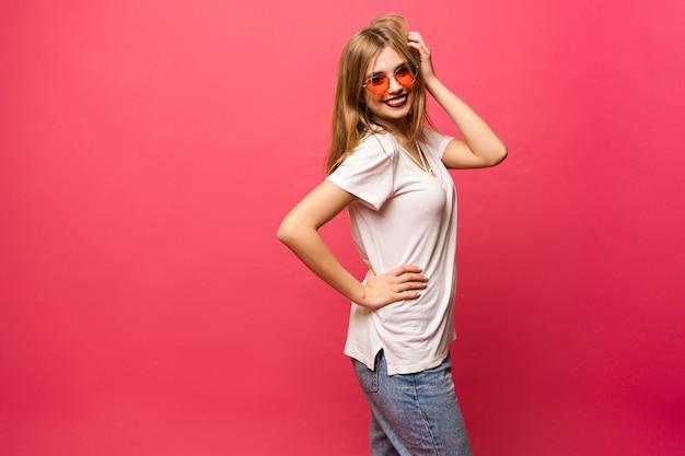 楽しんでいるカジュアルな女の子-人々、スタイル、ファッションのコンセプト。