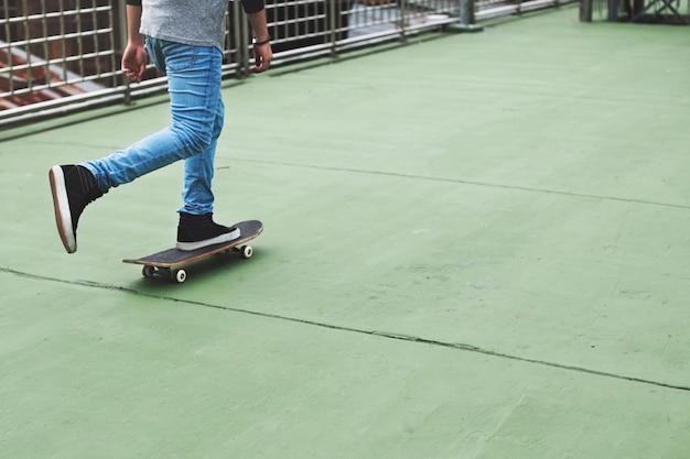 スケートボードのコンセプトに乗ってカジュアルな男