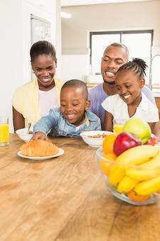 カジュアルな幸せな家庭の朝食