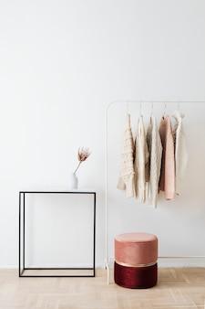 Повседневные вязаные свитера, висящие на вешалке