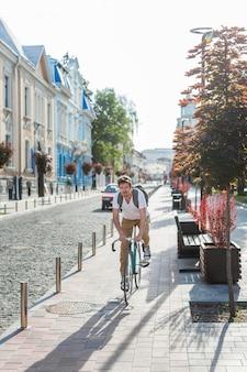 Случайный мужчина на велосипеде на открытом воздухе