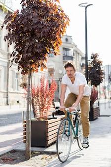 Случайный мужчина на велосипеде на работу