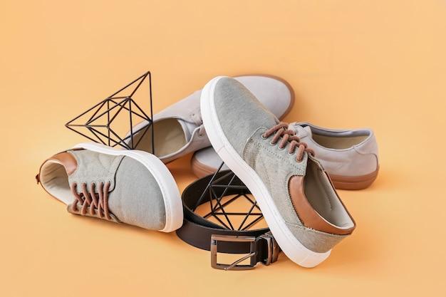 色の背景にカジュアルな男性の靴
