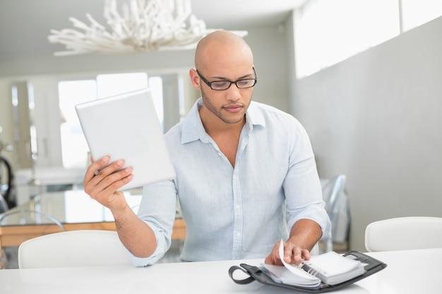 Случайный человек с цифровым планшетом и дневником у себя дома