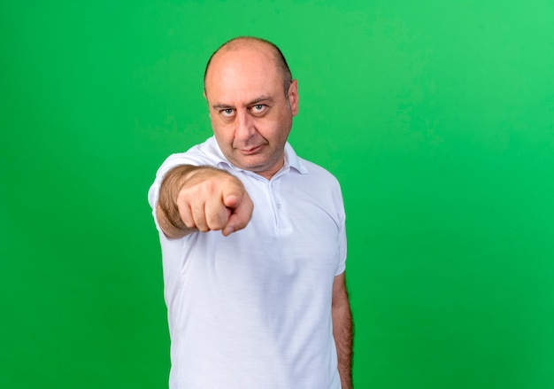 緑に分離されたジェスチャーを示すカジュアルな成熟した男