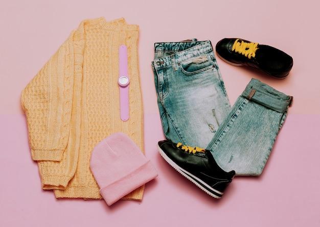 소녀들을 위한 캐주얼 복장. 스웨터와 청바지. 세련된 액세서리. 봄. 새로운 경향