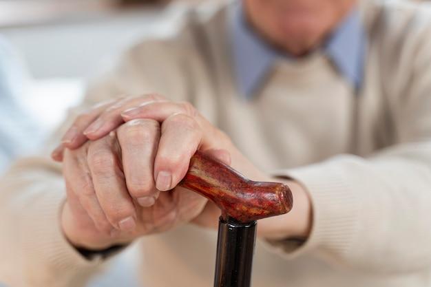 Случайный старший мужчина дома