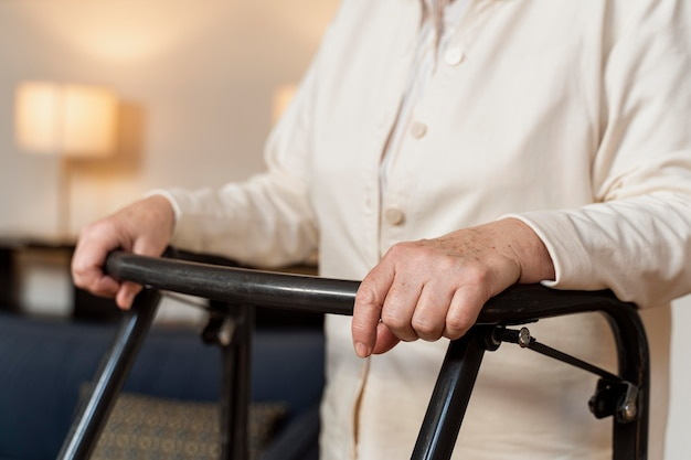 Случайные старшая женщина дома