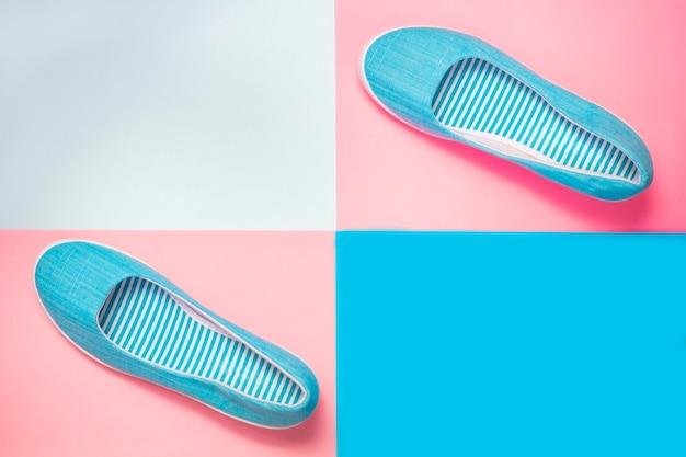 Повседневная летняя обувь на розовом и синем фоне. женская или подростковая мода
