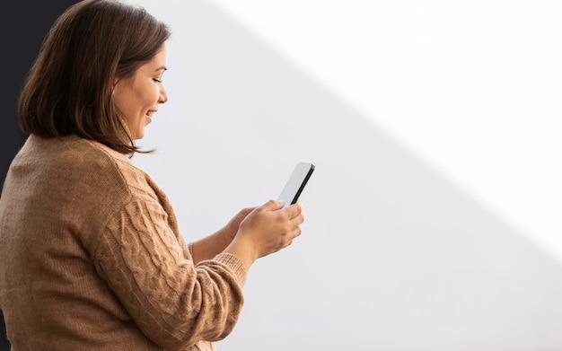彼女の電話を閲覧するカジュアルなティーンエイジャー