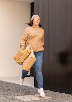 ショッピングバッグを運ぶカジュアルなティーンエイジャー