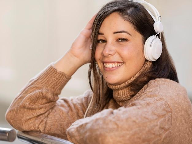 Adolescente casuale che ascolta la musica