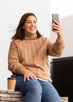 Adolescente casuale che prende un selfie