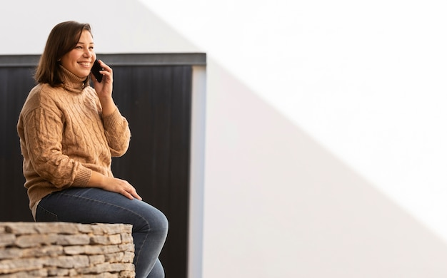 電話で話しているカジュアルなティーンエイジャー