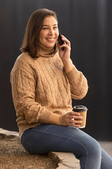 Случайный подросток разговаривает по телефону