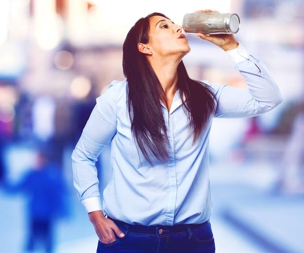 Случайные женщина пить банку пива