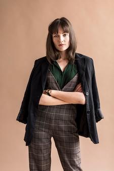 ファッション撮影のカジュアルな女性