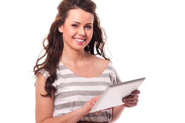 Donna casuale che per mezzo della compressa digitale
