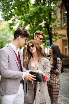 도시 거리의 캐주얼 젊은 여성 정장 옷과