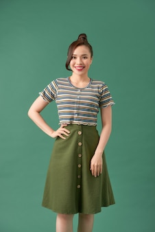 緑の上のカジュアルな服装の若い女性