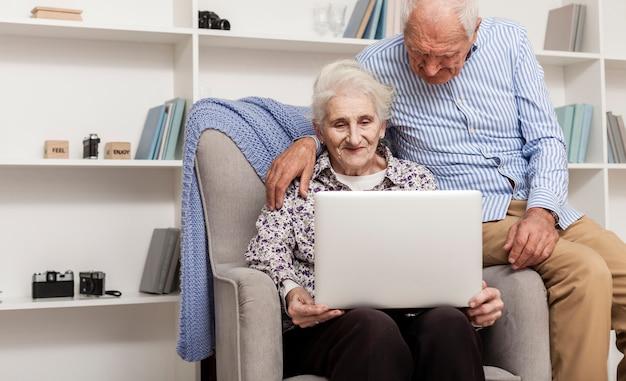Пожилая пара casula, используя ноутбук