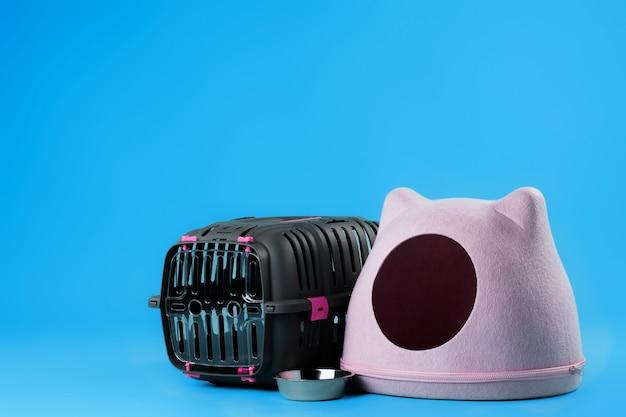 고양이 집과 동물 캐리어 케이지를 닫습니다.