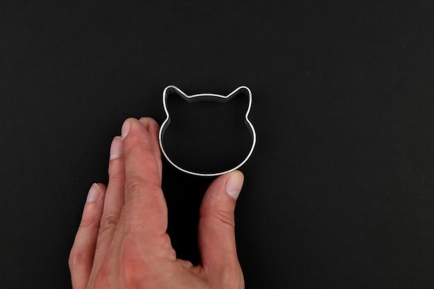 Кошка логотип на черном фоне. логотип кошачьей головы. абстрактный логотип с кошачьей головой в черно-белом. метолик кот.