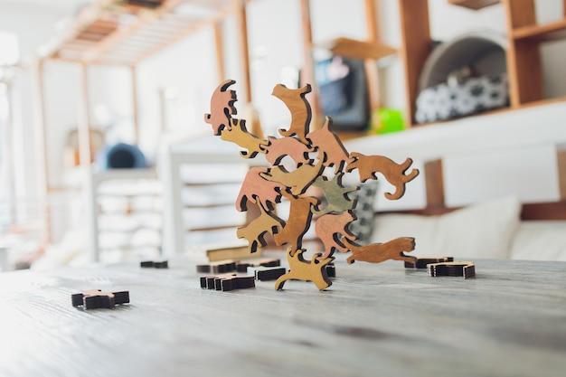 床のクローズアップでパズルをしている猫