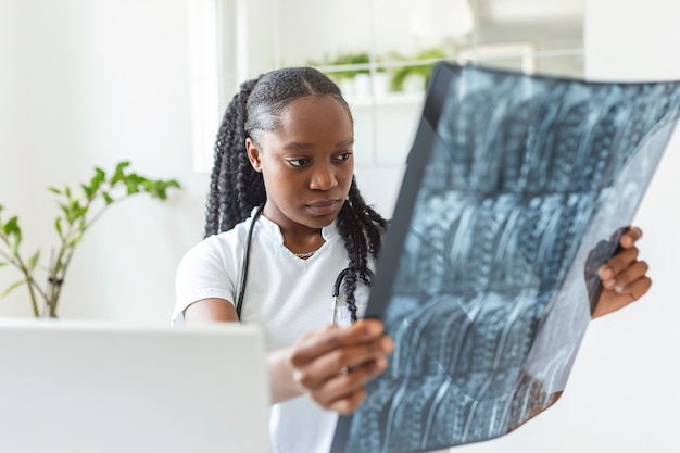 患者のmriスキャンでの女性患者の健康に関する医学的および放射線学的診断のための医師によるcatスキャン画像。癌性疾患、医療病院サービスの概念