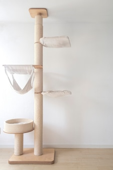 Настенная когтеточка для кошек в современной комнате для домашних животных на белой стене стильное украшение владелец кошки