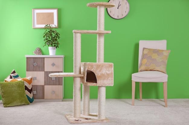 Кошачье дерево в современной комнате