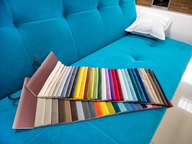 Каталог ярких красочных образцов тканей для изготовления мебели. коллекция мебельной ткани.