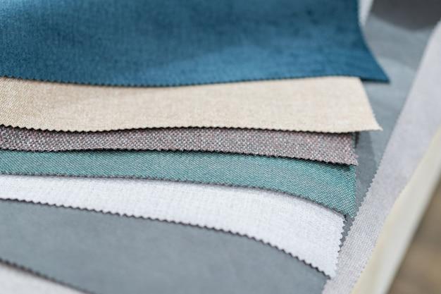 つや消し生地からの色とりどりの布のカタログ
