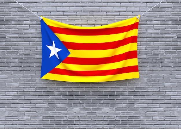 Флаг каталонии, висящий на кирпичной стене