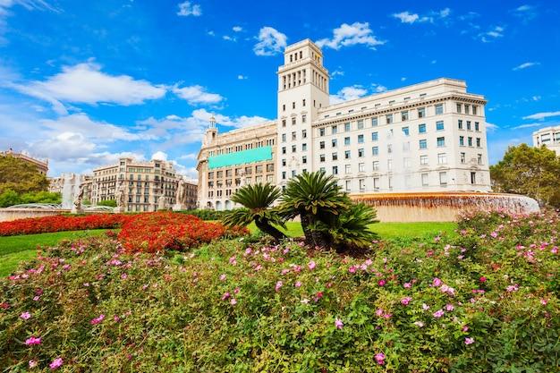 Catalonia square 또는 placa de catalunya는 스페인 바르셀로나 시내 중심에 있는 큰 광장입니다.