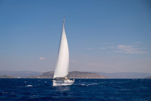 깊고 푸른 바다 위를 순항하는 쌍동선 항해 요트
