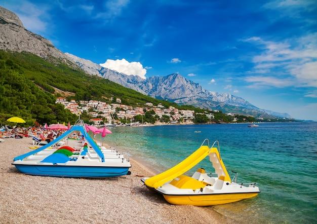 Катамараны на прекрасном пляже в бреле, макарская ривьера, хорватия