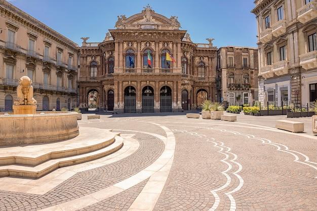 Catania, italy - 2021년 5월 30일/ 이탈리아 시칠리아 카타니아의 빈첸초 벨리니 광장에 있는 극장과 분수. 가장 중요한 극장인 마시모 벨리니 극장