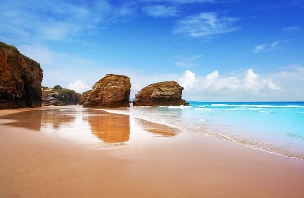 スペインのガリシアのプラヤラスカテドラルcatedraisビーチ