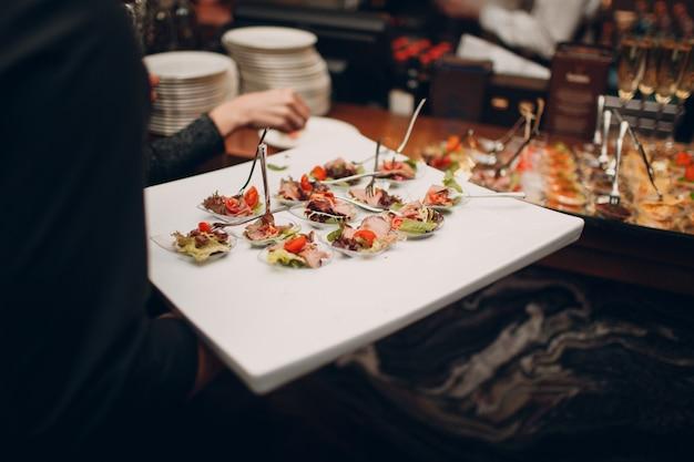 ケータリングのお祭りのコンセプト。テーブルの上の食べ物やスナック。