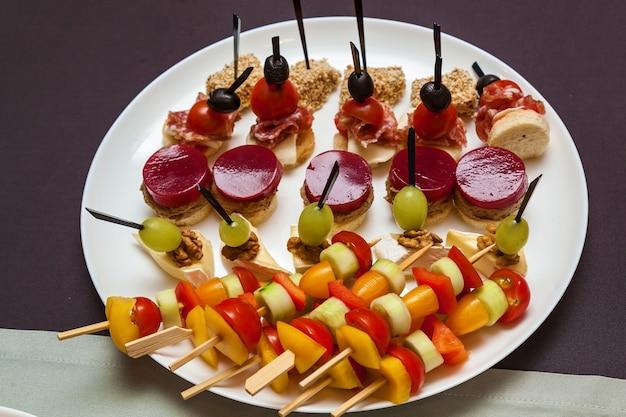 休日やイベントのケータリング料理ビュッフェテーブルのクロワッサンでのさまざまな冷たい軽食