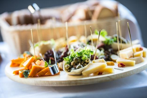 Питание на деревянной доске в отеле или ресторане.