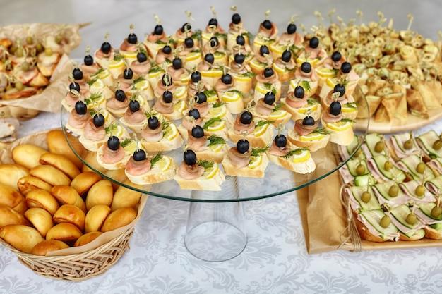 Питание канапе с оливками, лимоном и лососем.