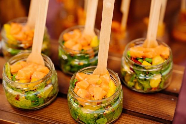 Питание. порционная подача блюд. паштет из рыбы и авокадо в маленьких стеклянных баночках. обслуживание званых обедов, банкетов и праздников. ресторан.